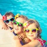 Gelukkige kinderen in het zwembad Royalty-vrije Stock Afbeeldingen