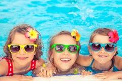Gelukkige kinderen in het zwembad Stock Foto's