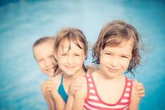 Gelukkige kinderen in het zwembad Stock Foto