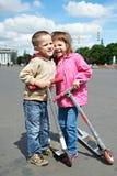 Gelukkige kinderen met autoped royalty-vrije stock fotografie