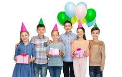 Gelukkige kinderen met giften op verjaardagspartij Stock Afbeeldingen