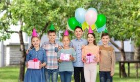 Gelukkige kinderen met giften op verjaardagspartij Royalty-vrije Stock Afbeeldingen