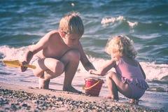Gelukkige kinderen op een overzees Instagramstylisation Stock Foto