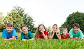 Gelukkige kinderen op het gras Stock Afbeelding