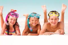 Gelukkige kinderen op strand royalty-vrije stock foto