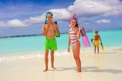 Gelukkige kinderen op strand royalty-vrije stock afbeeldingen