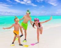 Gelukkige kinderen op strand stock afbeeldingen