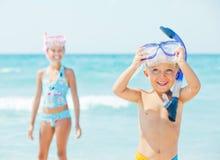 Gelukkige kinderen op strand stock afbeelding