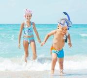 Gelukkige kinderen op strand stock foto's
