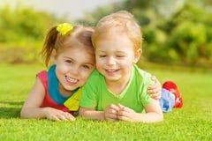 Gelukkige kinderen in park Stock Foto