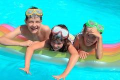 Gelukkige kinderen in pool stock afbeelding