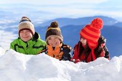 Gelukkige kinderen in sneeuw Stock Fotografie