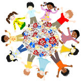 Gelukkige kinderen van verschillende rassen rond de wereldbloesems Stock Afbeeldingen