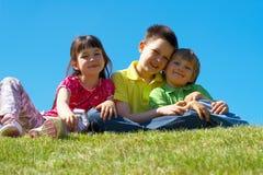 Gelukkige kinderen in weide Stock Afbeeldingen