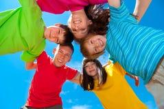 Gelukkige kinderen in wirwar stock foto