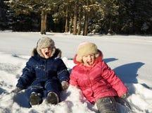 Gelukkige kinderen in zonne de winterdag Royalty-vrije Stock Foto's