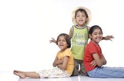 Gelukkige kinderenfamilie Stock Afbeeldingen