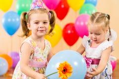 Gelukkige kinderenmeisjes met giften op verjaardagspartij Stock Afbeelding