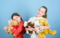 Gelukkige kinderjaren handmade naaiende en diy ambachten speelplaats in kleuterschool kleine meisjes met zacht beerspeelgoed Toy  stock afbeelding