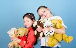 Gelukkige kinderjaren handmade naaiende en diy ambachten speelplaats in kleuterschool Toy Shop De Dag van kinderen Kleine meisjes stock afbeeldingen