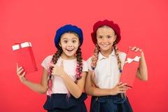 Gelukkige kinderjaren Het winkelen concept Kind leuke kleine meisjes op het winkelen reis Oogstgift voor zich Krijg bonus extra royalty-vrije stock fotografie