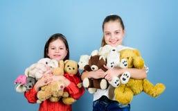 Gelukkige kinderjaren Kinderverzorging Spel van zusters het beste vrienden Zoete kinderjaren Kinderjarenconcept Zachtheid en tede royalty-vrije stock foto