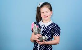 Gelukkige kinderjaren Kinderverzorging Zoete kinderjaren Kinderjarenconcept Mooi klein meisje met favoriet stuk speelgoed Kleuter stock foto's