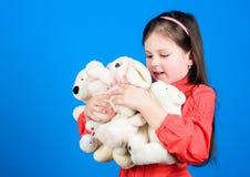 : Gelukkige kinderjaren Meisjespel met zachte stuk speelgoed teddybeer E stock foto