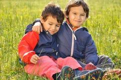 Gelukkige kinderjaren op groen Royalty-vrije Stock Afbeeldingen