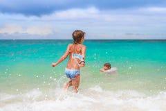Gelukkige kindjongen die pret in water, de zomervakanties op t hebben Royalty-vrije Stock Foto's