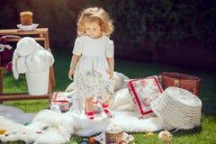 Gelukkige kindspelen op een weide rond Pasen-decoratie royalty-vrije stock foto's