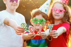 Gelukkige kindvriend in Carnaval-partijgreep 2017 kaarsen Stock Afbeelding