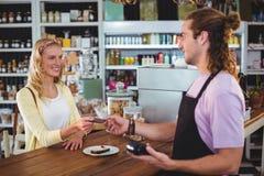 Gelukkige klant die creditcard geven aan kelner Royalty-vrije Stock Afbeelding