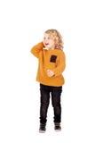 Gelukkige kleine jongen die zijn hoofd krassen Royalty-vrije Stock Foto's