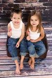 Gelukkige kleine jongen met rode hartballon Stock Fotografie