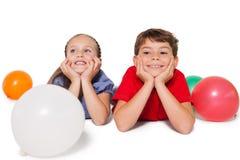 Gelukkige kleine kinderen die met ballons glimlachen Royalty-vrije Stock Afbeelding