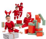Gelukkige kleine kinderen in het kostuum van de Kerstman Stock Foto