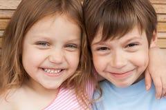 Gelukkige kleine vrienden stock fotografie