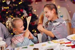 Gelukkige kleine zusters die Kerstmiskoekjes voorbereiden Royalty-vrije Stock Afbeeldingen