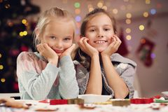 Gelukkige kleine zusters die Kerstmiskoekjes voorbereiden Royalty-vrije Stock Fotografie