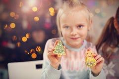 Gelukkige kleine zusters die Kerstmiskoekjes voorbereiden Stock Afbeeldingen