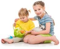gelukkige kleine zusters met haar konijn stock foto