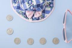 Gelukkige, kleurrijke hoed met roze zonnebril en verscheidene muntstukkenisola royalty-vrije stock afbeelding