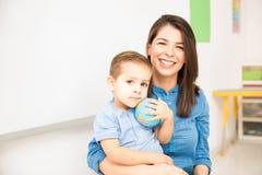 Gelukkige kleuterschoolleraar op het werk stock afbeelding