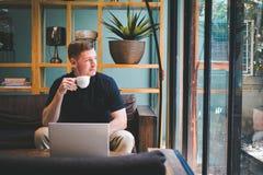 Gelukkige knappe jonge mens het drinken koffie Royalty-vrije Stock Foto