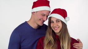 Gelukkige knappe mens die aanwezige Kerstmis geven aan zijn mooi meisje stock video