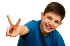 Gelukkige knappe tiener die een overwinningsteken toont Stock Afbeeldingen