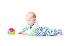Gelukkige lachende grappige babyjongen die leren te kruipen Stock Foto's