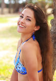 Gelukkige lachende jonge vrouw in bikini Stock Fotografie