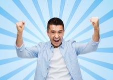 Gelukkige lachende mens met opgeheven handen Royalty-vrije Stock Foto's